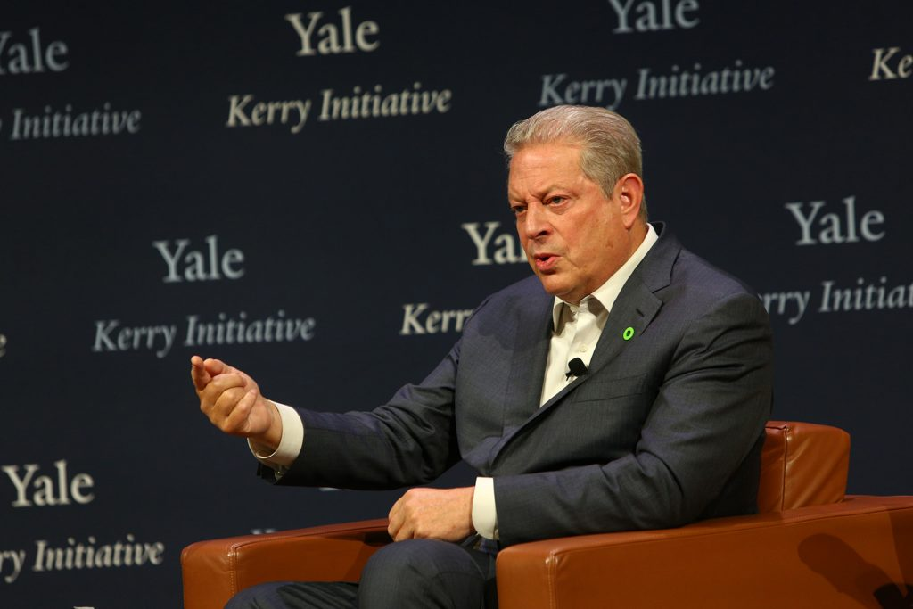 Al Gore talks with Kerry at SOM